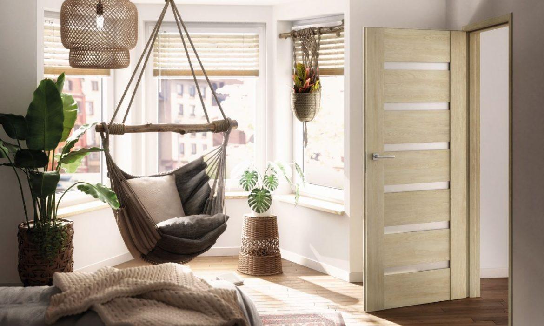 Jasne wnętrze z drzwiami w naturalnej kolorystyce
